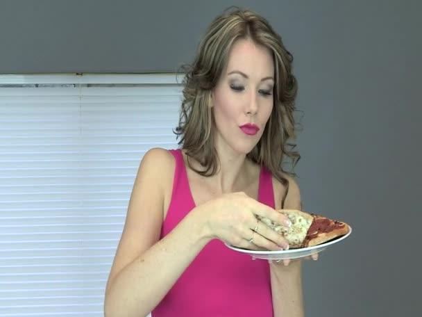 giovane e bella donna mangiando pizza