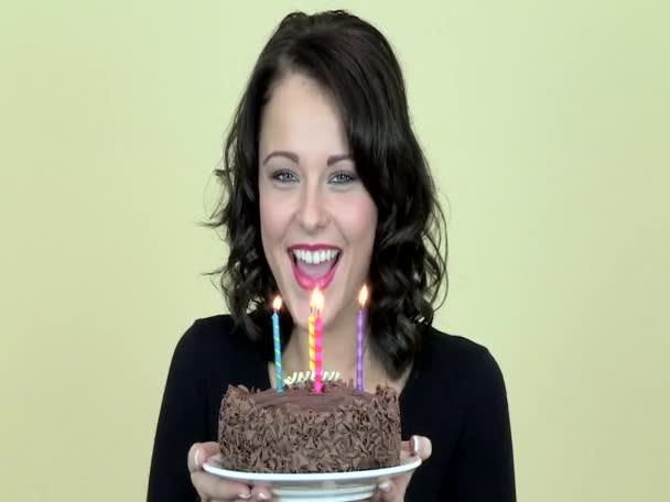 Fiatal nő gazdaság egy születésnapi torta