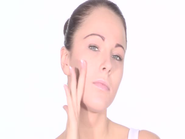 Fiatal nő alkalmazása bőr hidratáló krém