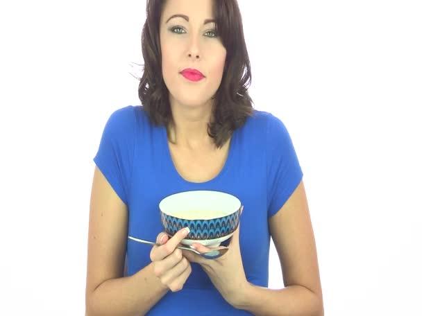 mladá žena jíst kuřecí polévka