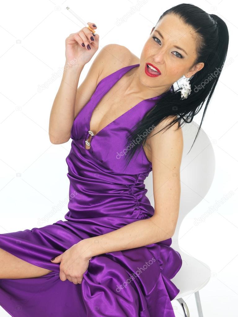 Atractiva joven Sexy con un vestido de noche púrpura — Fotos de ...