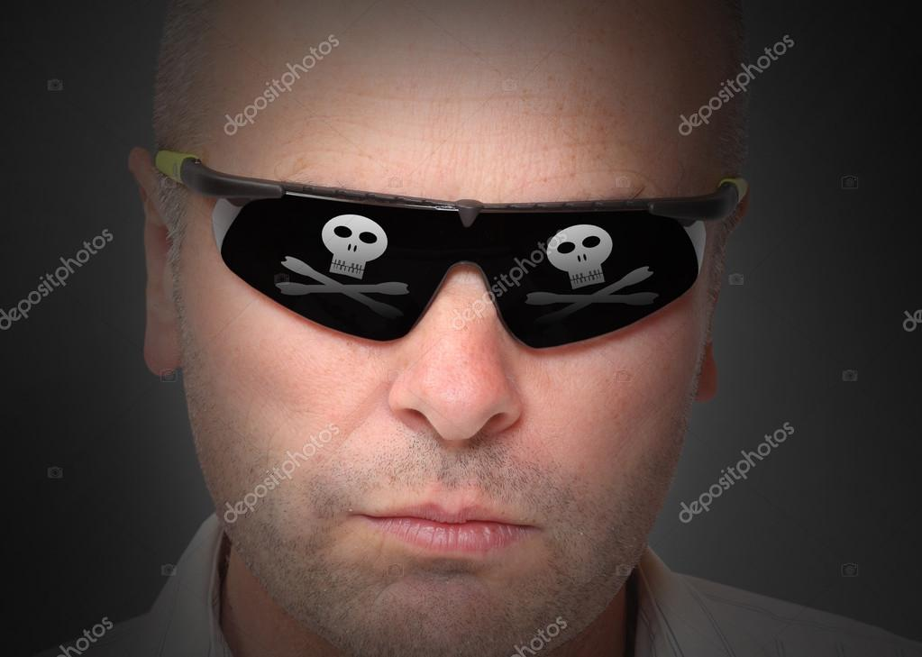 00478e086a Επικίνδυνη χάκερ με εικονικό γυαλιά — Φωτογραφία Αρχείου © vladvitek ...