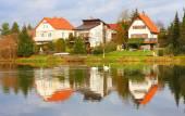 Litice Village se nachází na břehu přehrady České údolí