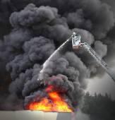 Fotografie Hasič a hořící dům