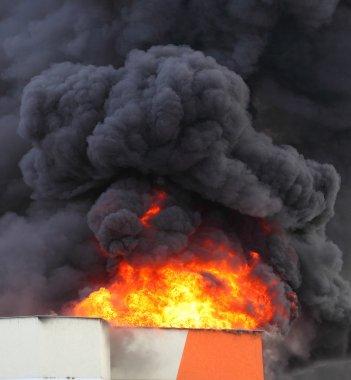 yanan fabrika görünümü