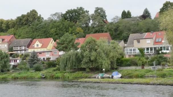 jízdu spolu se člun na řece Havel. předání historické panoráma města Havelberg s katedrálou v pozadí