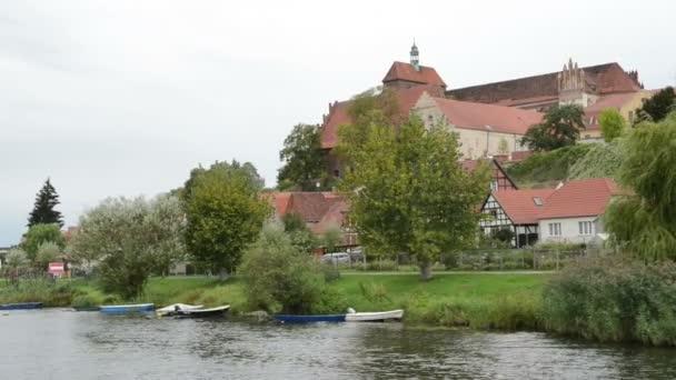 historické panoráma města Havelberg s tradičními domy na řece Havel. V pozadí katedrála