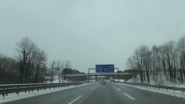 Lübbenau, Brandenburg - 7. Februar 2021: Schneelage auf der Autobahn. Auf der A13 in Richtung Spreewaldkreuz. A15 Richtung Grenzübergang Forst nach Polen, A15 Richtung Chemnitz und Dresden.