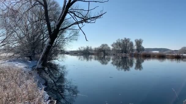 Zimní krajina u řeky Havel v Německu se sněhem a modrou oblohou.