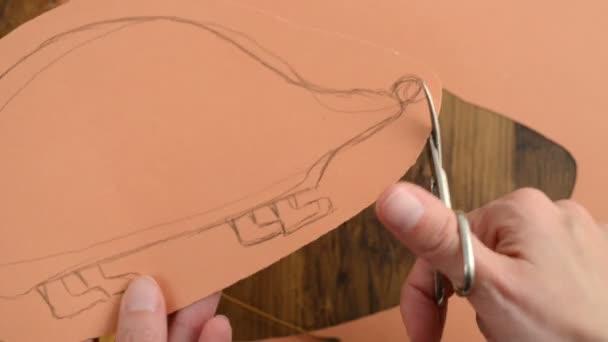 A papír kézműves-sün. a test kivágása.