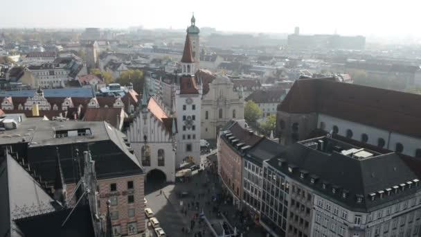 Blick von der Spitze des Rathauses am Marienplatz zum Viktualienmarkt. Menschen, die herumlaufen.