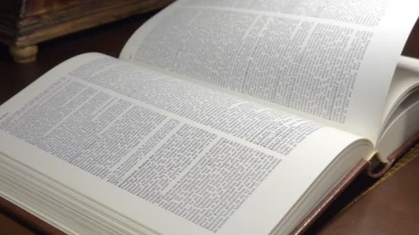 Otáčení stránky starožitné knihy