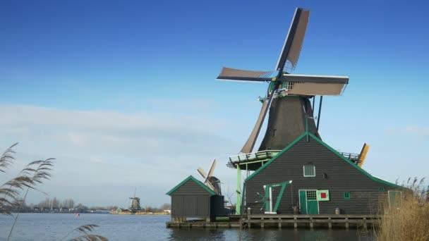 Otáčení větrný mlýn v Holandsku