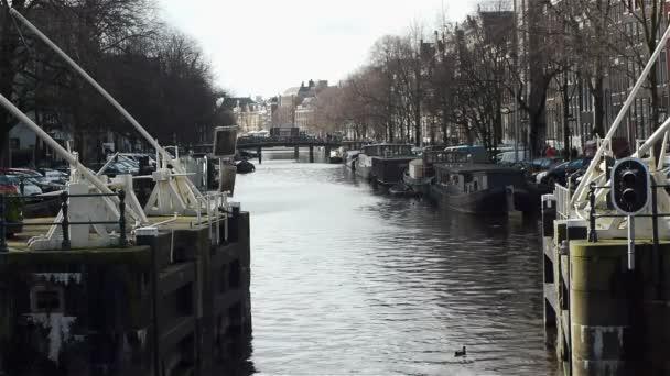 Stavidla a kanálu Haarlemmersluis v Amsterdamu
