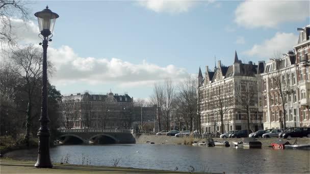 Panoráma města a canal v Amsterdamu