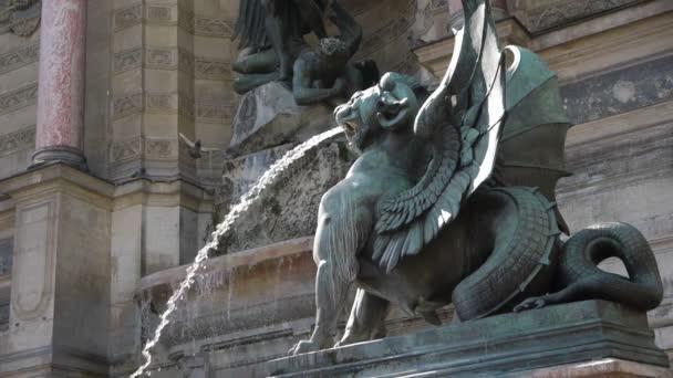 szökőkút és szobor saint Michel és a sárkány
