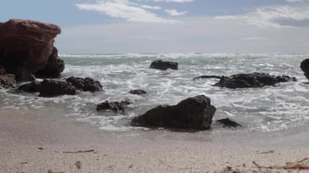 Timelapse felvételek hullámok és sziklák a strandon