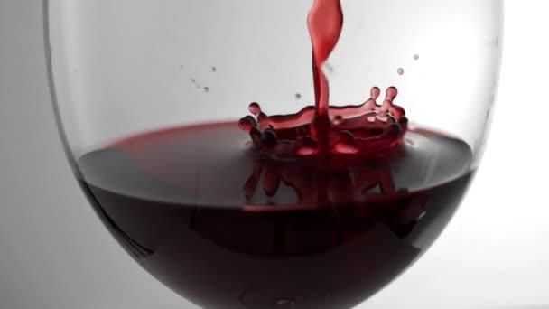 Lassított mozgású mozi vörösbort öntenek az üvegbe