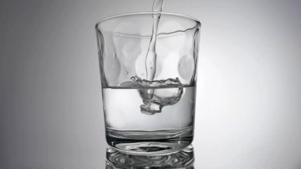 Zpomalení proudění vody do skla