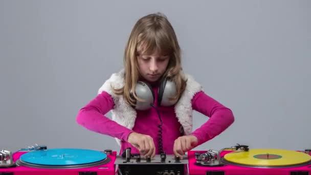 Lány fejhallgató kerek nyak játszik lemezeket