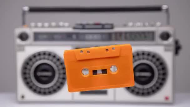 Kazeta vychází ze stereo hifi