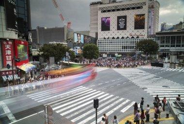 famous scramble crossing in tokyo