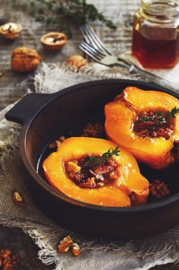 Quince baked with honey, walnut and thyme