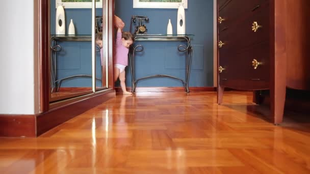 Šťastná holčička procházení na podlahu domů