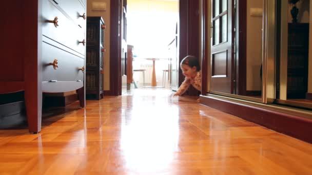 Glücklich Babymädchen kriechen am Boden zuhause