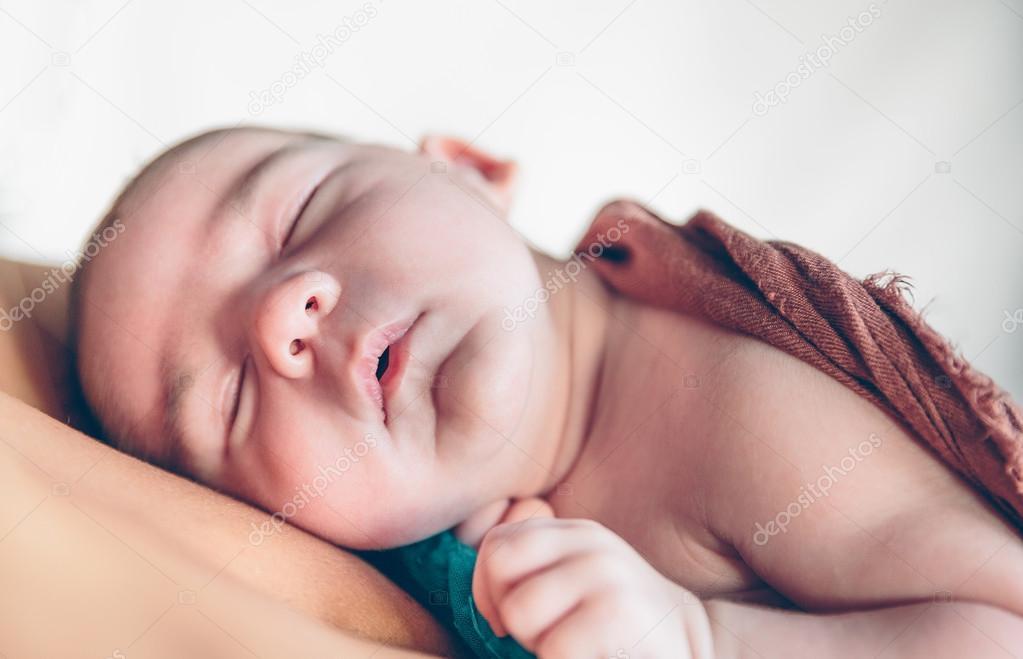 Neugeborene Baby Schläft Friedlich über Der Brust Der Mutter