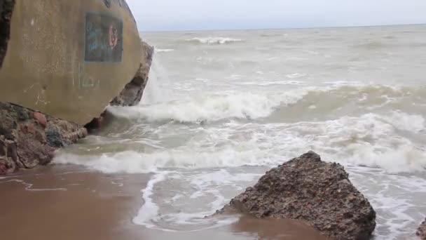 Dynamische Meereswellen schlagen gegen die Felswand
