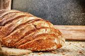 Bochník chleba pečený v rustikálním prostředí