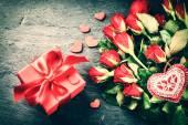 Dekoratív szívvel vörös rózsa csokor