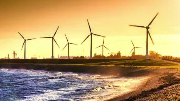 Farma větrných turbín při západu slunce