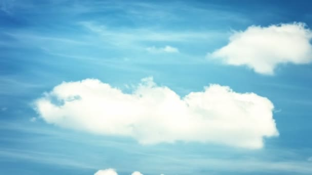 načechraný mraky nad modrá obloha