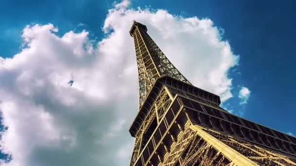 pohybující mračna nad Eiffelova věž