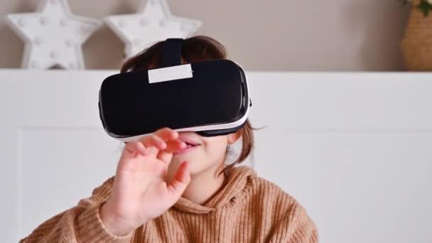 Grundschülerin erkundet mit VR-Brille virtuelle Welten