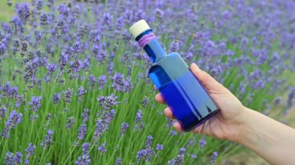 levandulový silice v krásné láhvi na