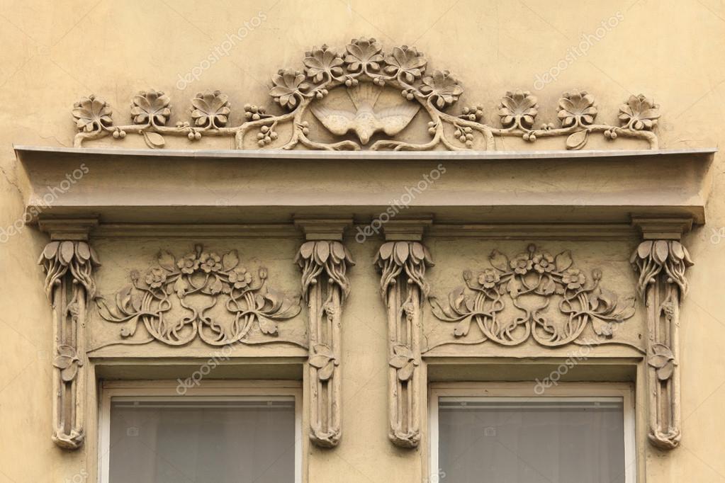 Bloemen versiering decoratie op de art nouveaugebouw u2014 stockfoto