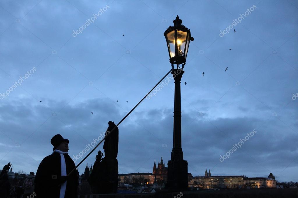 Gas En Licht : Laternenanzünder zündet ein gas licht u redaktionelles stockfoto