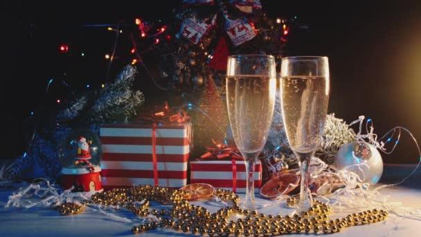 Brýle s nápoji jsou na pozadí novoroční dárky.