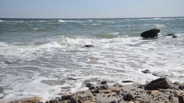Tengeri költség hullámok, homok, kövek