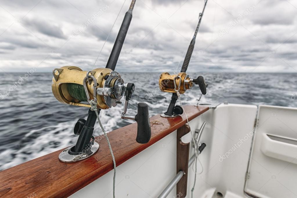 Pesca varas em um barco de pesca de atum stock photo for Tuna fishing pole