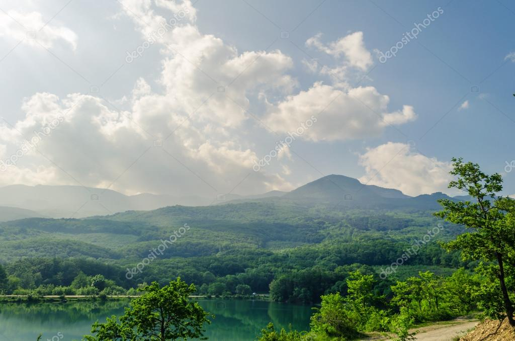 Piccolo lago di montagna nelle montagne di crimea alushta for Piani cottage piccolo lago