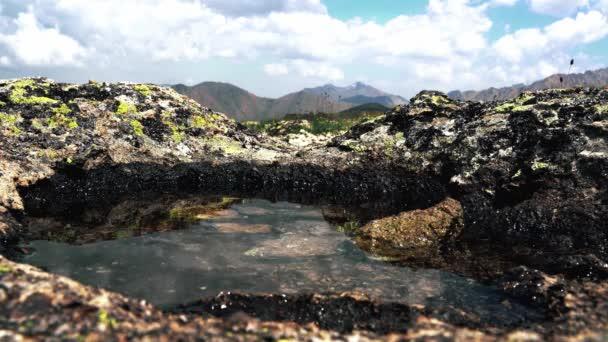 Křišťálově čistá voda v horách severního Kavkazu na Elbrusu Letní čas