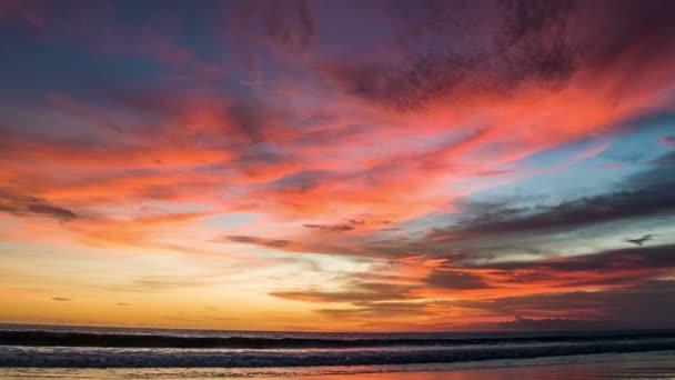 Barevný červený západ slunce v oceánu