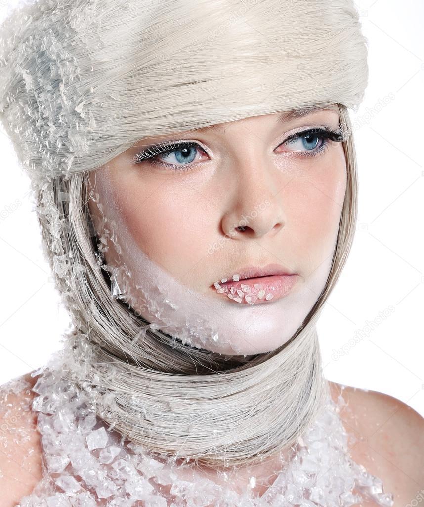 Belle Femme Avec Du Maquillage Lumineux Isolé Sur Fond Blanc