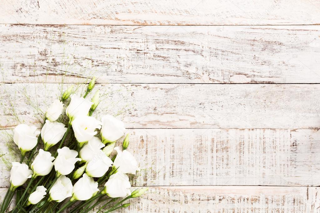Holzerne Hintergrund Mit Weissen Blumenstrauss Stockfoto C Imelnyk