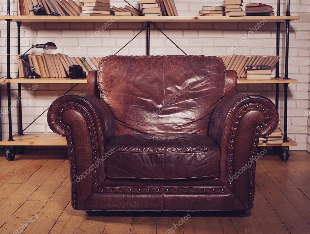 Lederen Klassieke Fauteuil.Klassieke Bruin Lederen Fauteuil In Bibliotheek Stockfoto