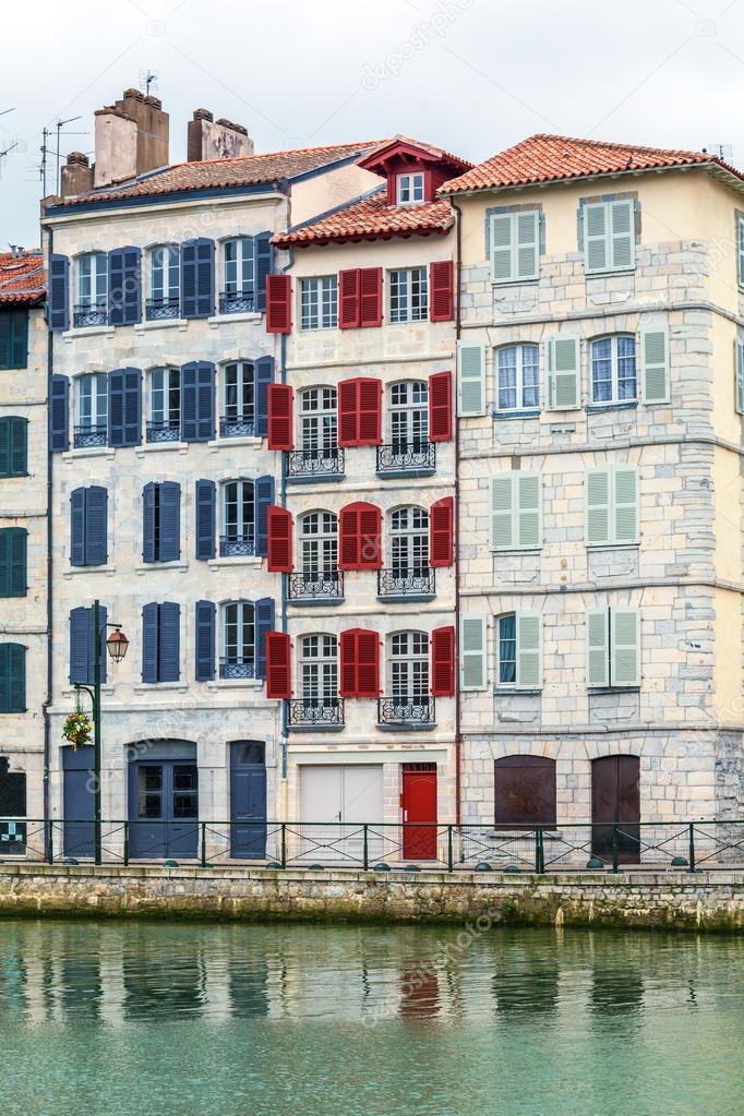 Bunte Fensterläden typische alte Häuser, Bayonne — Stockfoto ...